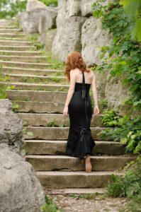 czarna sukienka jaki żakiet będzie pasował